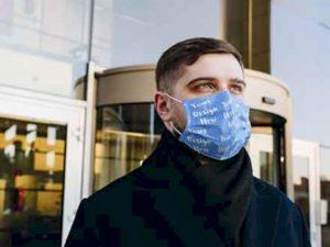 free-man-wearing-a-face-mask-mockup-(psd)