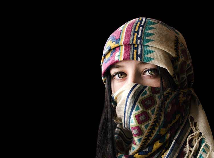 بورتريه لإمرأة شرقية خلفية معزولة لون أسود JBG