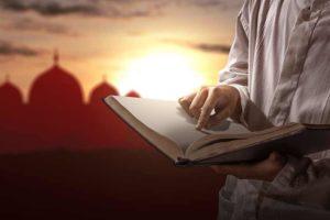 صورة رجل يحمل كتاب مفتوح