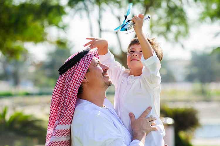 صورة خليجي بصحبة طفله في المنتزهات العامه JBG