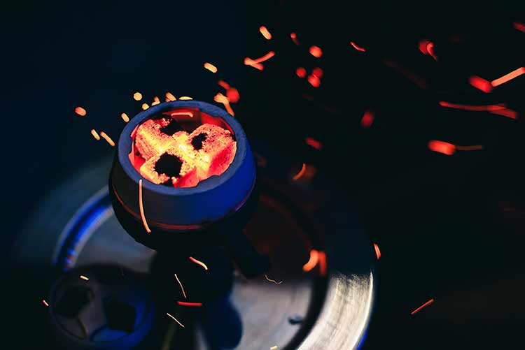 صورة شيشة مع الفحم الساخن شرار أحمر متطاير JBG