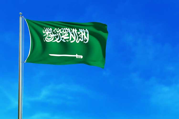 صورة علم السعودية يرفرف خلفية سماء زرقاء JBG
