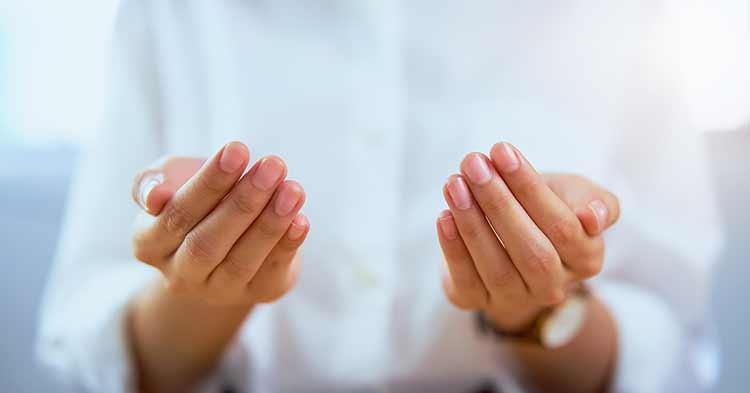صورة يد لامرأه مسلمه دعاء باليدين JBG