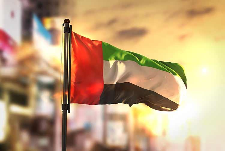 علم الإمارات العربية المتحدة خلفية ضبابية مع شروق الشمس JBG