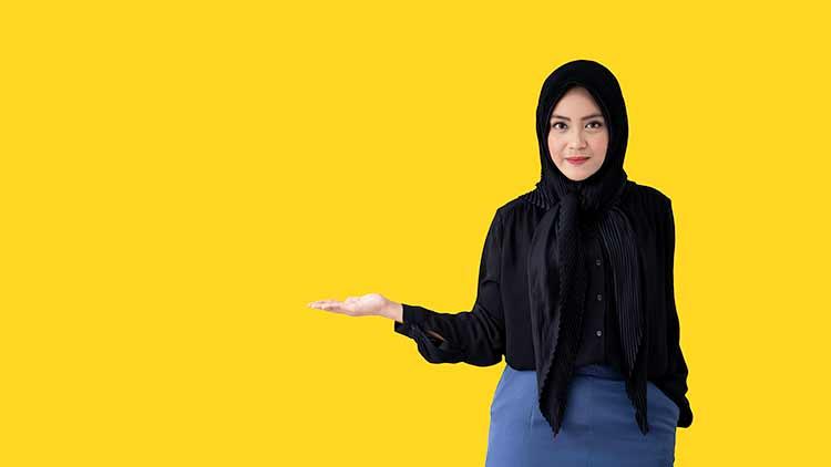 مرأة مسلمة محجبة تشير إلى شيء ما JBG