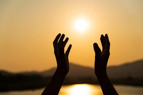 صورة يد متجهة نحو السماء